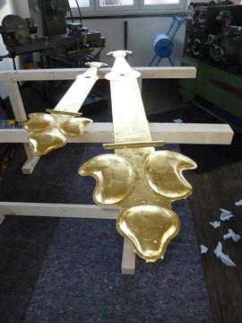 Zeigerpaare mit 24 Karat Blattgold vergoldet, hier noch vor dem abschließenden Polieren