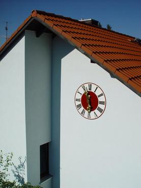 Turmuhr an klassischer Hausfassade