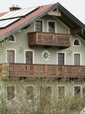 Außenuhr, farblich abgestimmt auf Hausfassade