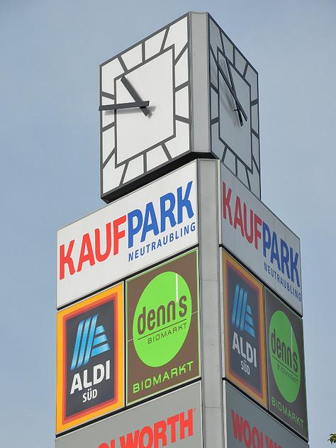 Straßenuhr mit Turmuhrtechnik: Die dreiseitige Außenuhr mit einem Durchmesser von 2,50 m hat freigehende Zeiger mit Turmuhrwerken und separater DCF-gesteuerter Funkuhr Typ MiniTimer.