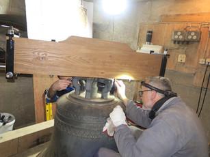 Aufpassen des neuen Holzjochs auf die Glockenkrone