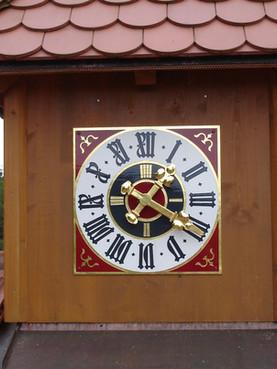 Uhrenturm mit dekorativer Turmuhr
