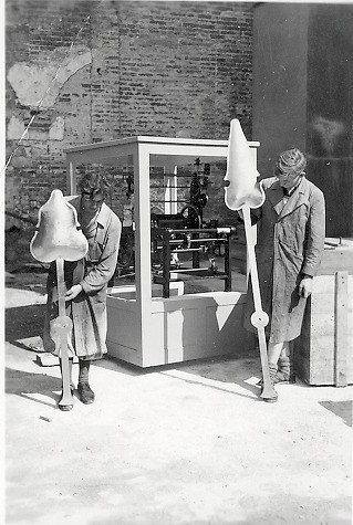 Mechanische Turmuhr mit Zeigern für die Münchner Theatinerkirche 1950