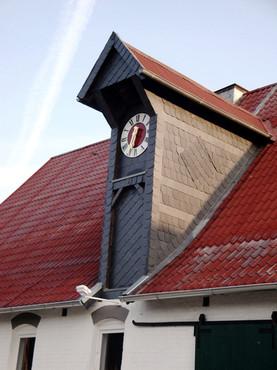 Turmuhr auf verkleideter Gaube, Reitsportzentrum in Braunschweig