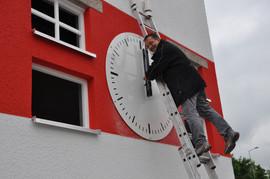 Die Zeiger werden auf 12 Uhr gestellt und anschließend erfolgt die automatische Einstellung der exakten Uhrzeit über die Steueruhr MiniTimer