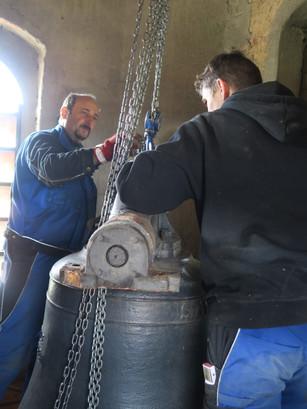 Demontage der Glocken in der Kirche Gimpertshausen