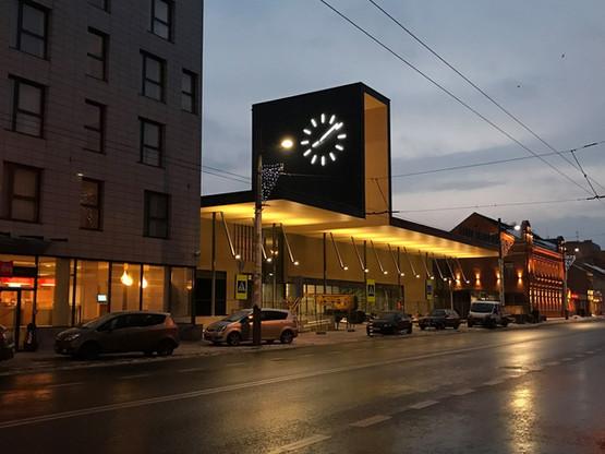 Beleuchtete Außenuhr am Busbahnhof in Kaunas, Litauen
