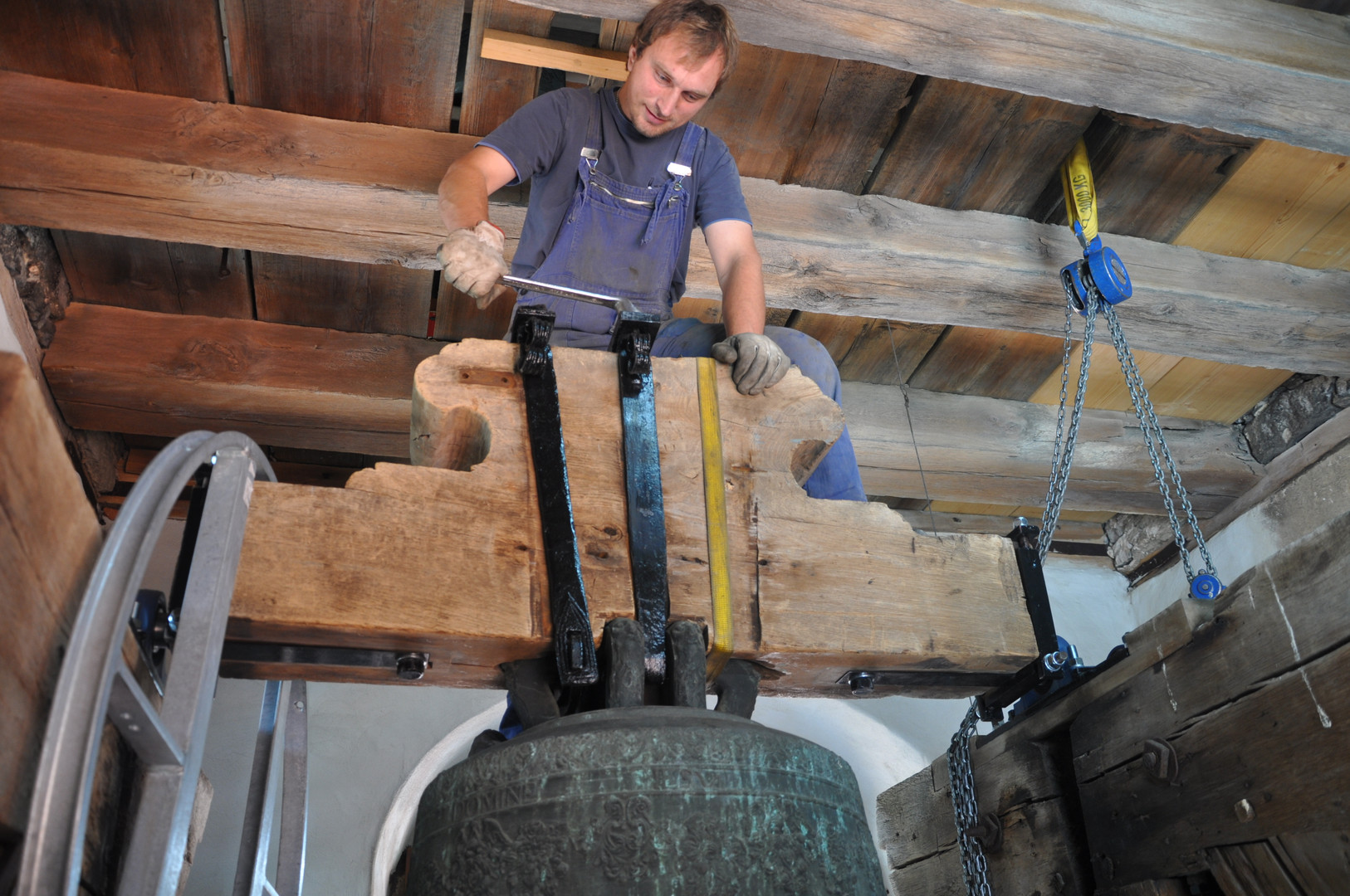 Installation of new hand-forged axle bands in the church St. Walburga in Eichstätt