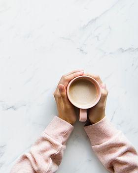 Kaffee auf Schreibtisch
