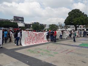 Normalistas secuestran autobuses y semanifiestan frente a Palacio de Gobierno