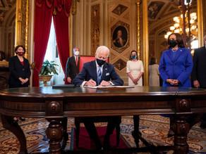 """Biden firma decretos sobre """"soñadores"""", el muro con México y veto migratorio"""
