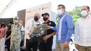 Rutilio Escandón y Leonel Cota encabezan entrega de patrullas y equipos para fortalecer a policías