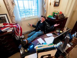 Detienen a sujeto que entró al despacho de Pelosi en el asalto al Congreso