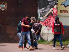 Choque entre policías y estudiantes normalistas deja varios heridos en Michoacán