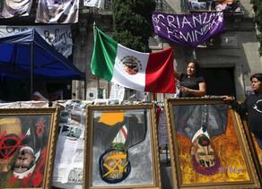 """AMLO dice que protesta de mujeres en instalaciones de la CNDH es una """"exageración"""""""