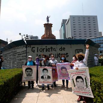 Feministas instalan estatua de una mujer donde estaba la de Colón