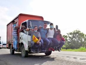 Caravana hondureña avanza hacia la frontera con Guatemala sorteando retenes