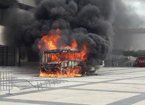 """Con quema de un """"Conejobús"""" y una moto,normalistas y maestros protestan en Tuxtla"""