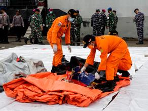 Indonesia trata de recuperar cajas negras de avión que cayó al mar en Indonesia