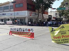 Maestros acreditados bloquean Calle Central
