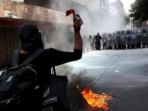 Feministas chocan con policías por despenalización del aborto en CDMX