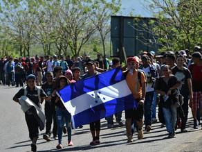 Rompe cerco caravana migrante hondureña y entra a Guatemala