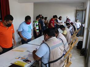 Jóvenes y adultos mayores de Villaflores acuden al llamado de vacunarse
