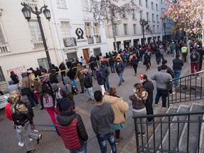 Miles de chilenos forman largas filas para sacar ahorros de pensiones