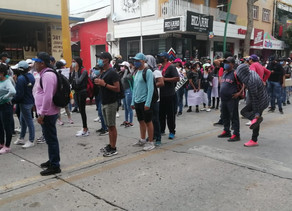 Pese a cerco, aspirantes se manifiestan en el centro de Tuxtla