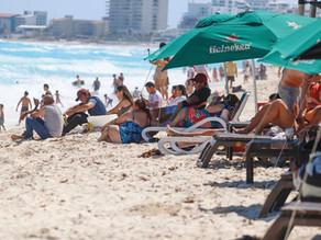 Pese a riesgos por COVID, turistas abarrotan playas durante puente vacacional