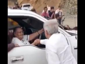 """AMLO saluda a madre del """"Chapo"""" en Badiraguato"""
