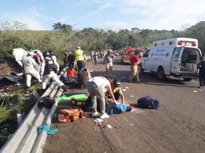 Rescatan a 84 migrantes tras volcadura