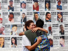 Pegan losetas con imágenes de desaparecidos en Jalisco