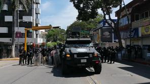 """En el """"Día de la Raza"""", chocan policías y normalistas en Tuxtla"""