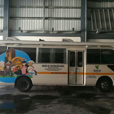 Esta unidad móvil de vacunación cuenta con dos áreas para la transportación del personal que opera la clínica, disponiendo de ocho puestos para este objetivo, cuatro delante de la puerta delantera y cuatro detrás del asiento del conductor.