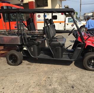 Modificación realizada sobre un vehículo tipo Four Wheel tracción a las ruedas traseras para convertirlo en un vehículo especial de traslado de pacientes para condiciones de accesibilidad en césped y fuera de carretera.
