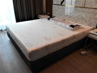 Standard Density 90-95 **Recommended** ให้สัมผัสนุ่มแน่น ไม่ยวบ ไม่จม นอนได้ทุกน้ำหนักตัว รูยางแบบ 7 Zone รองรับสรีระทุกสัดส่วน ลดอาการปวดหลัง   ✔️ที่นอนยางพาราแท้ฉีดขึ้นรูปทั้งก้อน ✔️เกรดดีที่สุดของยางพารา ✔️ยางไทย ผลิตในประเทศไทย ✔️ลดแรงกดทับ บรรเทาอาการปวดหลัง ✔️กันไรฝุ่น บรรเทาอาการภูมิแพ้ ✔️ปลอกผ้าติดซิปถอดซักได้ ✔️สั่งตัดตามขนาดพิเศษได้ ✔️เลือกความนุ่มได้หลายระดับ ✔️รับประกัน 10 ปี ✔️มีบริการทิ้งที่นอนเก่า ✔️รับบัตรเครดิต