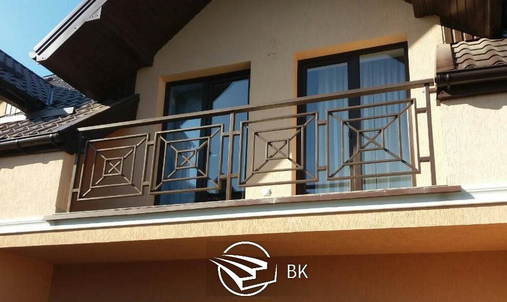 12. Балкон из чёрного металла.