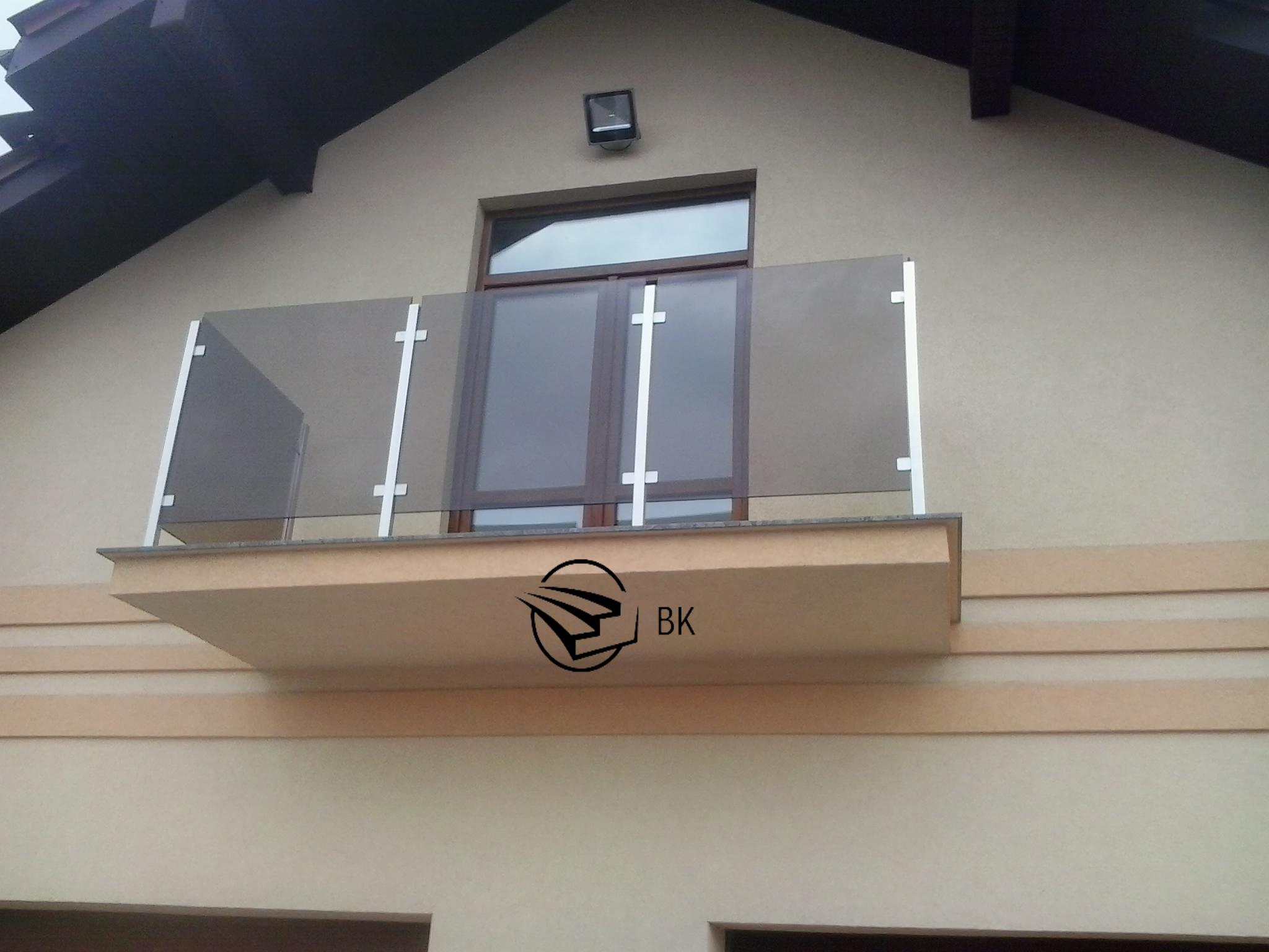 20. Балкон из нержавейки и стекла.