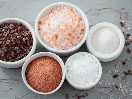 A revista Glamour fala sobre a diferença entre um sal e outro: Sal negro, do himalaia, refinado.