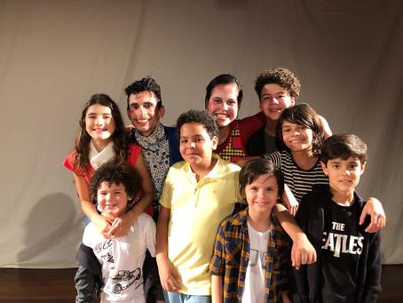 """Jovens artistas mirins prestigiam a peça """"Em Casa"""", no Rio de Janeiro"""