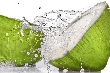 Água de coco hidrata o cabelo ressecado, mas não exclui cuidados no salão