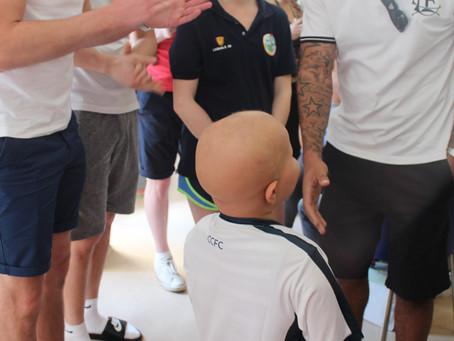Jogadores do time inglês Corinthian-Casuals visitaram jovens carentes com câncer em Itaquera