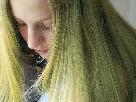 Saiba a razão do tom esverdeado nos cabelos nesse verão
