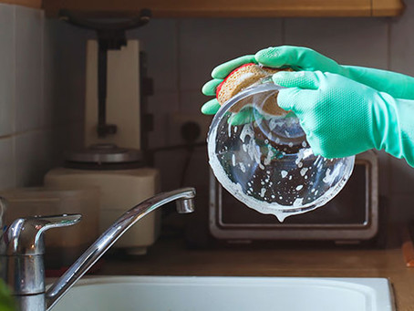 Luva de algodão: Uma dica para limpar a casa sem causar irritação na pele