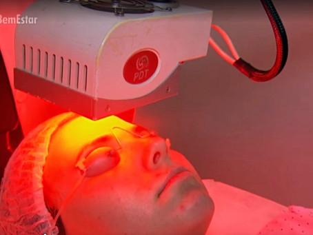 Luz de LED é usada em tratamentos dermatológicos e pode curar casos bem graves. O tema foi destaque