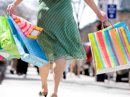 Saiba como evitar dores na coluna usando o calçado ideal durante as compras de Natal