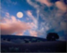 campagna in notturna con Luna piena dopo tramonto con