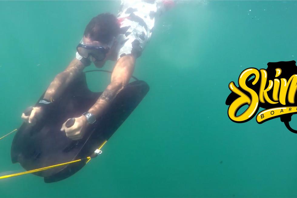 Skimer Board iLunga submergindo raia man