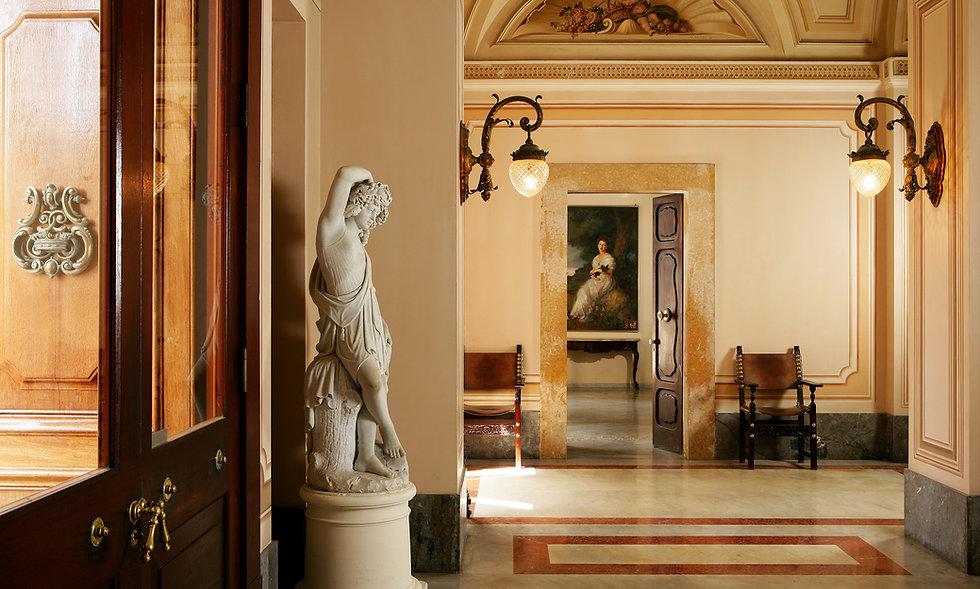 Palazzo_Parisio_entrance-hall_2500px.jpg